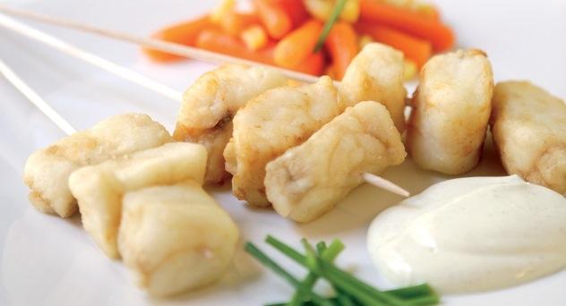 Brocheta de pescadilla con salsa de yogur y curry