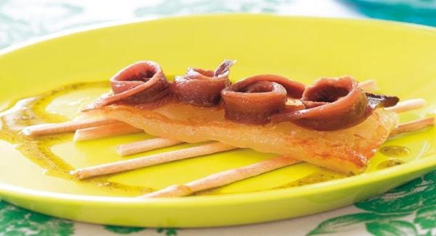 Canapé de queso con anchoas y aceite de albahaca